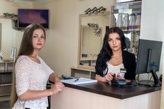 Klient płaci w piękno salonie przez karty kredytowej zdjęcia stock