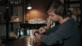Klient płaci z NFC technologią mądrze zegarkiem contactless na terminal w nowożytnej kawiarni Zdjęcie Stock