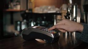 Klient płaci z NFC technologią mądrze zegarkiem contactless na terminal w nowożytnej kawiarni Obraz Royalty Free