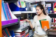 Klient podnosi różnorodnych notatniki obraz stock