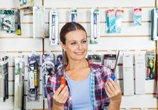 Klient Porównuje śrubokręty W sklepie Zdjęcie Royalty Free