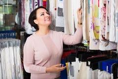 Klient pozuje blisko sukiennych rolek Obrazy Stock
