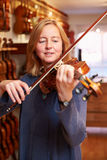 Klient Próbuje Out skrzypce W Music Store Obrazy Stock