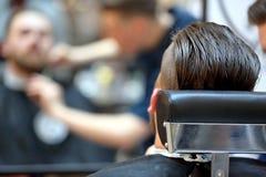 Klient przy fryzjera męskiego sklepu ostrzyżenia brodą obrazy stock
