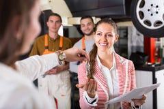 Klient przy samochód usługa Zdjęcia Royalty Free