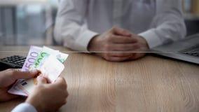 Klient robi euro deponować w banku, biznesowy przyrost, oszczędzania, osobisty wydatki obrazy royalty free
