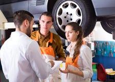 Klient som är unsatisfied med bilreparation royaltyfri foto