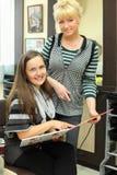 Klient und Friseur mit Katalog der Haarfarben lizenzfreie stockfotos