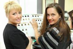 Klient und Friseur mit Katalog der Haarfarben Stockfotografie