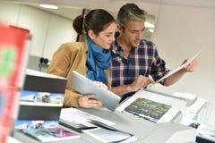 Klient w drukowej warsztatowej weryfikuje ilości obrazy royalty free