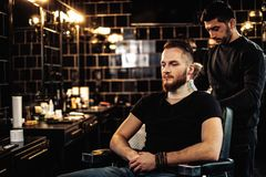 Klient w fryzjera męskiego sklepie fotografia stock