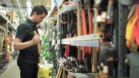 Klient w narzędzia sklepie dostaje zainteresowanym w oskardzie zdjęcie wideo