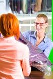 Klient w pralni sklepowym lub tekstylnym cleaning zdjęcia stock