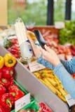 Klient w supermarketa skanerowaniu Obrazy Royalty Free