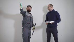 Klient wciela z budowniczym o naprawie jego mieszkanie mężczyzna opowiada na miejscu zdjęcie wideo