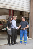 klient wręcza mechanika chwianie zdjęcie royalty free