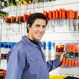 Klient Wybiera śrubokręty W narzędzia sklepie Fotografia Royalty Free