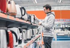 Klient wybiera czajnika w supermarketa centrum handlowym obraz royalty free