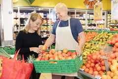 Klient Wybiera jabłka Od skrzynki Niosącej sprzedawcą obraz stock