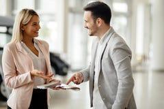 Klient wybiera kolor przy przedstawicielstwem handlowym zdjęcie royalty free