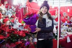 Klient wybiera kwieciste dekoracje dla bożych narodzeń Obrazy Royalty Free