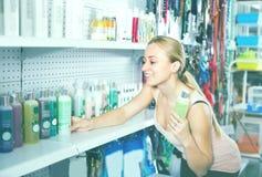 Klient wybiera szampon Zdjęcie Stock