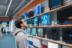 Klient wybiera wielkich fridges w domowych urządzeń sekci obrazy stock