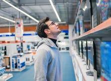 Klient wybiera wielkich fridges w domowych urządzeń sekci obraz stock