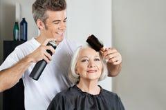 Klient Z Hairstylist utworzenia włosy Zdjęcie Royalty Free