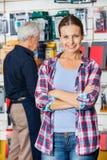 Klient Z rękami Krzyżować W narzędzia sklepie Obraz Royalty Free