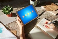 Klienta doświadczenia satysfakcja, informacje zwrotne, przegląd Gwiazdy ikona na przyrządu ekranie obrazy stock