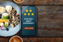 Klienta doświadczenia pojęcie Kobieta używa Smartphone w kawiarni lub R Obrazy Royalty Free