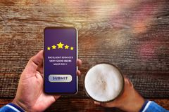 Klienta doświadczenia pojęcie Mężczyzna używa Smartphone w kawiarni lub Res Obrazy Stock