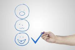 Klienta doświadczenia pojęcie Ręki kładzenia czeka ocena checkbox na znakomitej smiley twarzy ocenie dla satysfakci ankiety Obraz Royalty Free