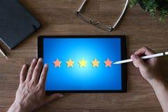 Klienta doświadczenia satysfakcja, informacje zwrotne, przegląd Gwiazdy ikona na przyrządu ekranie obraz royalty free