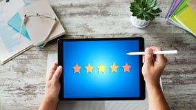 Klienta doświadczenia satysfakcja, informacje zwrotne, przegląd Gwiazdy ikona na przyrządu ekranie obrazy royalty free