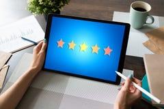 Klienta doświadczenia satysfakcja, informacje zwrotne, przegląd Gwiazdy ikona na przyrządu ekranie zdjęcia stock