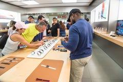 Klienta doświadczenia zegarka Jabłczane serie 3 na pierwszy dniu przy sklepem Zdjęcia Stock