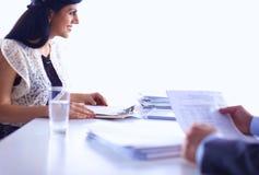 Klienta i agenta obsiadanie przy biurkiem w Obrazy Stock