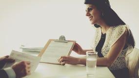 Klienta i agenta obsiadanie przy biurkiem w Zdjęcia Royalty Free
