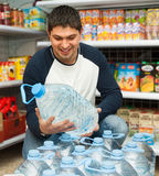 Klienta kupienia butelka spokojna woda Obraz Stock