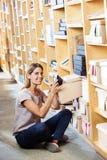 Klienta Usuwać Odkrywa Od pudełka W sklepie Obrazy Stock