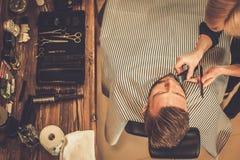 Klienten i barberare shoppar arkivbild