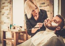 Klienten i barberare shoppar Royaltyfri Foto
