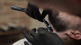 Klienten med det svarta skägget under skägg som rakar i barberare, shoppar Ansa manligt stock video