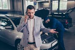 Klienten som talar på smartphonen, misshas som han klagar royaltyfria foton