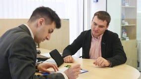 Klienten som undertecknar dokument och, får biltangenter stock video