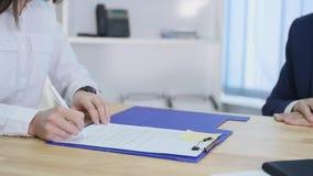 Klienter som möter konsulenten i företags kontor Laget av affärsfolk undertecknar ett avtal, då skakar deras händer lager videofilmer