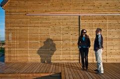 Klienter utanför eco-vänskapsmatch hus Royaltyfri Fotografi