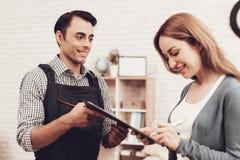 Klientin-Zeichen fungieren Arbeit und Arbeitskraft in der Uniform stockfotos